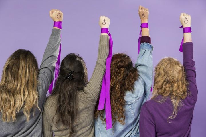 Ženy mají ruce nad hlavou.
