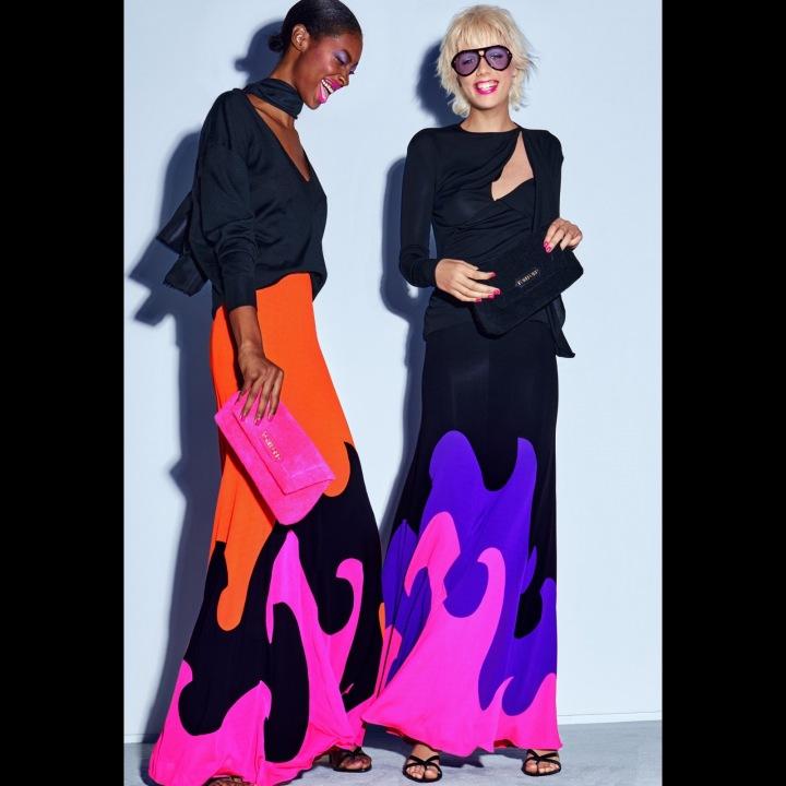 Ženy v černých šatech s barevnými detaily Tom Ford