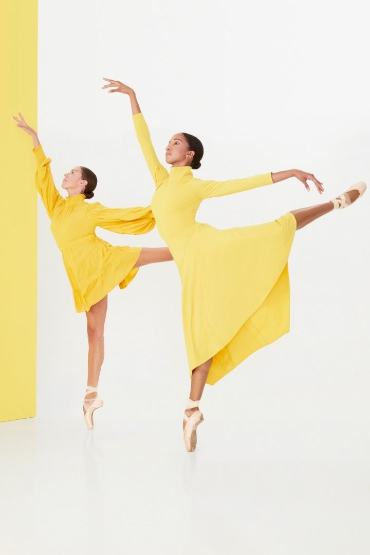 Ženy ve žlutých šatech Alice + Olivia