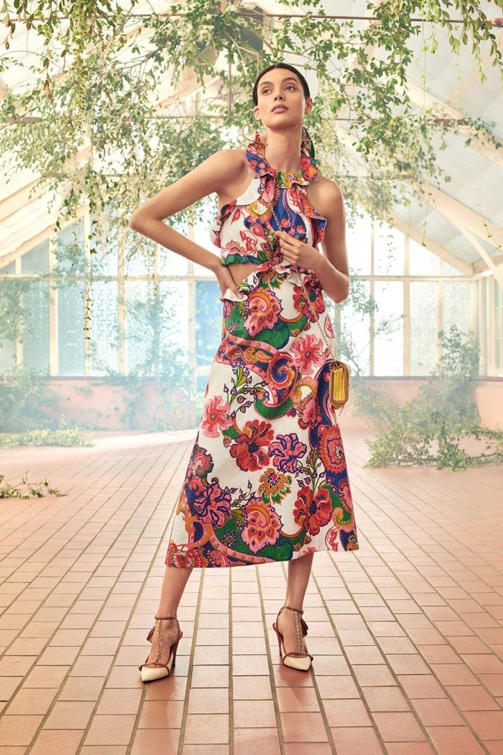 Modelka v barevných šatech Zimmermann