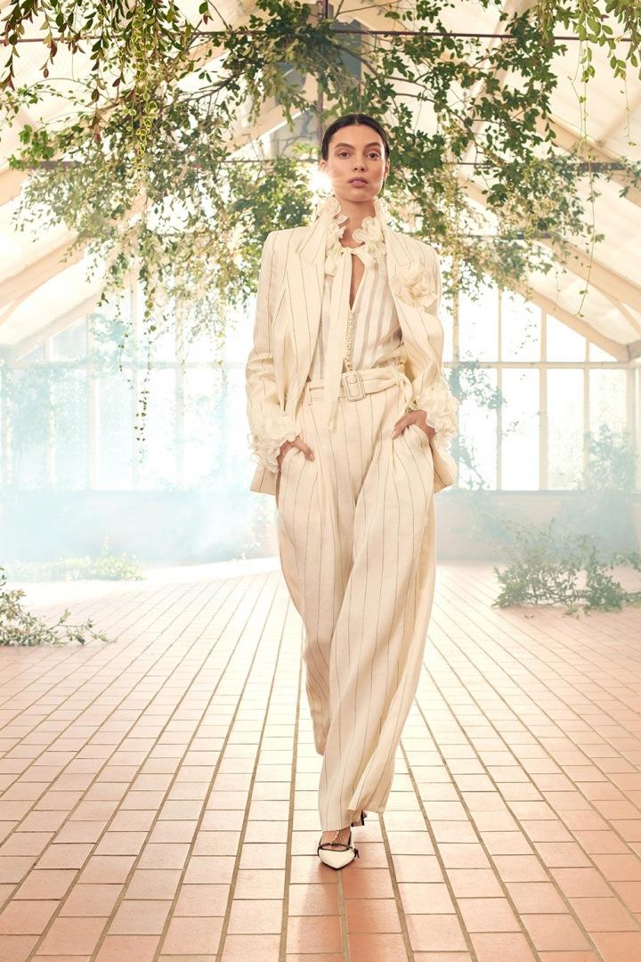 Modelka v elegantním kostýmu Zimmermann