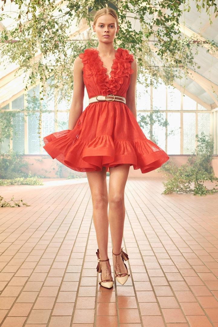 Modelka v červených šatech Zimmermann