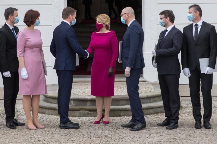 Prezidentka SR Zuzana Čaputová v dokonale padnoucím temně růžovém outfitu