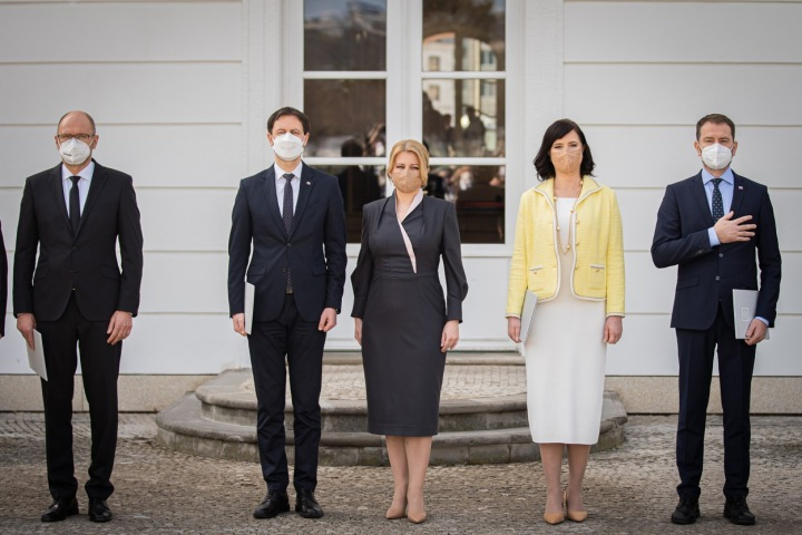 Zuzana Čaputová v kostýmových šatech s výstřihem vetvaru V, kterýprezidentce SR dokonale sedne