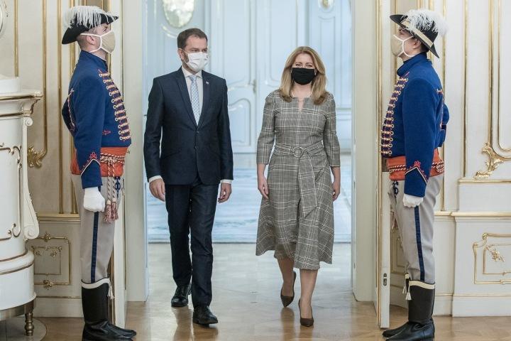 Zuzana Čaputová v šatech s jemnou kostkou. Nemožná délka šatů? Co na to říkáte?