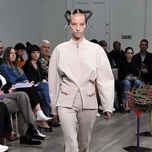 Kiko Kostadinov představil barevnou módu.