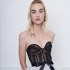 Luxusní společenské šaty se vzorem.