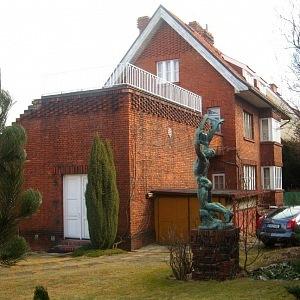 Kafkova vila v Praze a socha Bohumila Kafky
