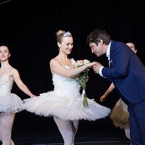 Ve filmu Můj příběh hraje baletku, kterou týrá manžel.