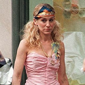 Růžové volánky a šátek Hermés ve vlasech.