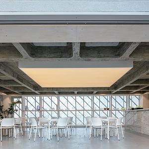 V dolním patře je kavárna pro zaměstnance.