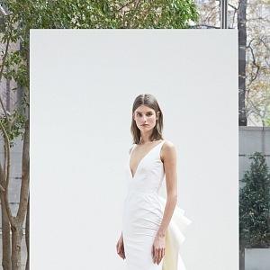 Lehké šaty s velkou zdobnou mašlí.