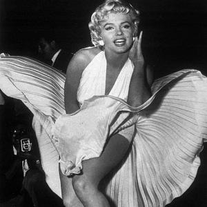 Legendární šaty a póza Marilyn Monroe.