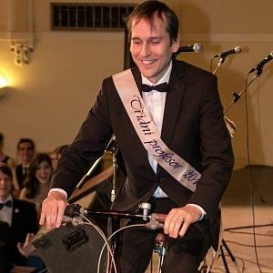 To, že je jezdí na kole, je všeobecně známo nejen mezi občany, ale i studenty.