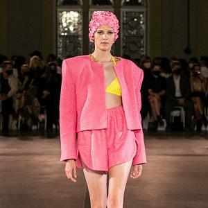 Modelka má na sobě růžový outfit od Vandy Jandy
