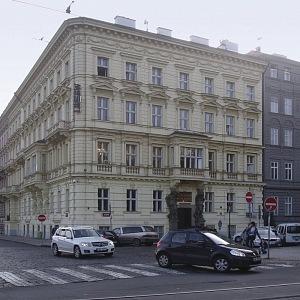 Obytný dům Janáčkovo nábřeží 63 (Vítězná 1)
