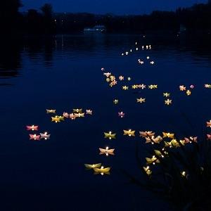 Vltavu rozzářily rozsvícené lodičky.