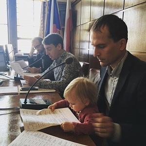Starosta Prahy 7 se umí postarat o dcery za každé situace.