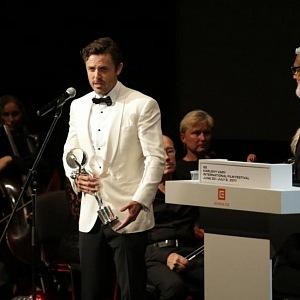 Herec Casey Affleck vloni převzla cenu prezidenta festivalu