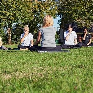 Studenti praktizují jógu