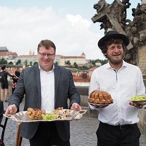 Starosta Prahy 1 Petr Hejma s kavárníkem Ondřejem Kobzou.