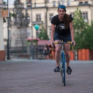 Na kole.