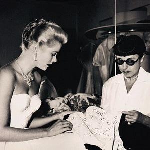 Designérka šatů - Edith Head s Grace Kelly.