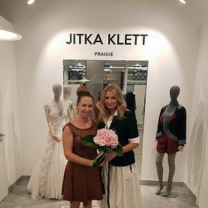 Jitka Klett (vpravo) ve svém butiku