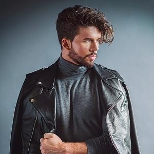 Mladý muž se chce věnovat modelingu.