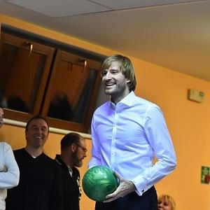 Ministr zdravotnictví Adam Vojtěch na bowlingu se svým šéfem Andrejem Babišem.