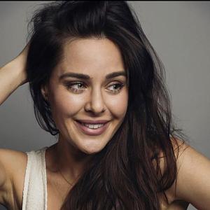 Herečka Dominika Býmová ztvárnila v seriálu Most! servírku Romanu.