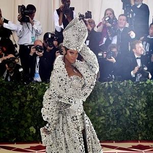 Rihanna jako papež, šaty Maison Margiel