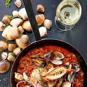 Bouillabaisse je tradiční provensálský rybí guláš pocházející z přístavního města Marseille.