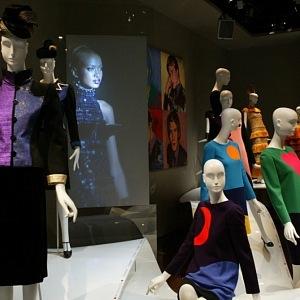 Vystavené modely z tvorby Yves Saint Laurent v muzeu Yves Saint Laurent v Paříži.