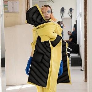 Žlutý vlněný kabát polstrovaný vycpávkou