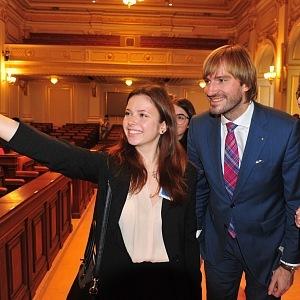 Ministr zdravotnictví Adam Vojtěch se fotí s fanynkami.