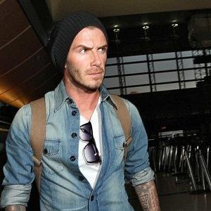 David Beckham v denimové košili