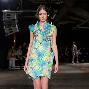Květinové šaty s průstřihy
