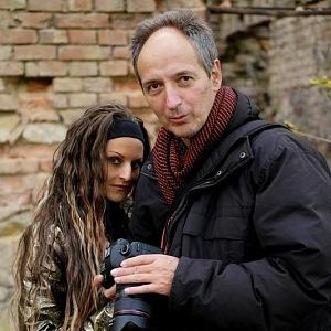 Michal Šneberg učí Olivii fotografovat.
