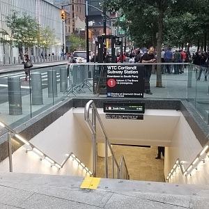 Typický vlez do metra z ulice v NY.