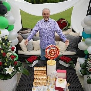 Osmdesátku oslavil ve velkém stylu.