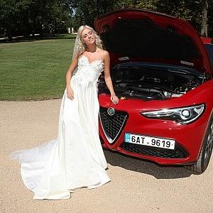 Alfa Romeo Stelvio (IMOFA), šaty Sandra Mark