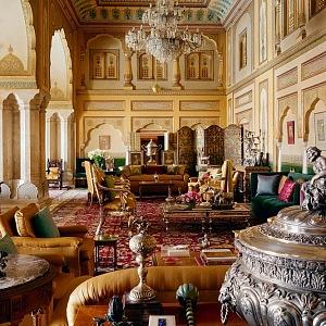 Palác je plný nejrůznějších luxusních předmětů.