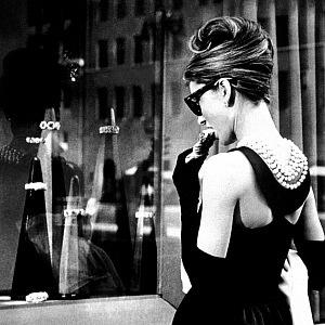 Audrey před výlohou Tiffany Co ve filmu - Snídaně u Tiffanyho