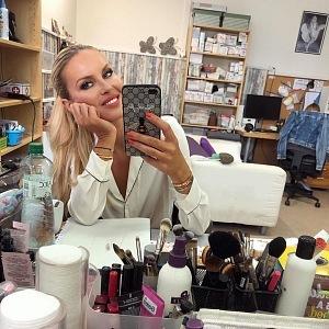 O dokonalý makeup se jí starají profesionálové.