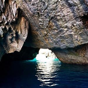 Modrá voda ostrova Capri