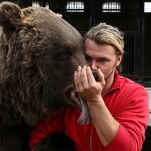 Navrátil líbá jednoho ze svých medvědů.