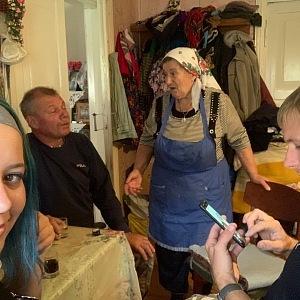 Monika s průvodcem při návštěvě černobylských obyvatel.