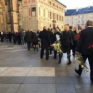 Do chrámu sv. Víta přišly desítky slavných lidí říct poslední sbohem.