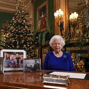 Všimněte si, že Harry s Meghan a synem na stole v rámečku nejsou.